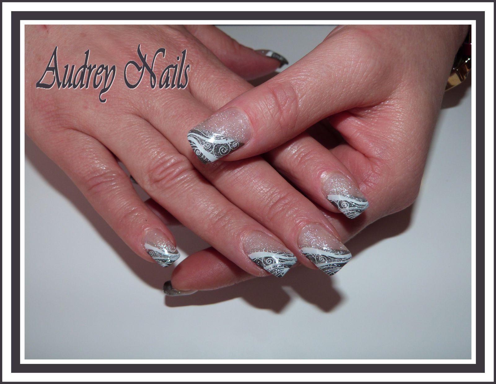 French gris + gel pailleté argent + stamping arabesque