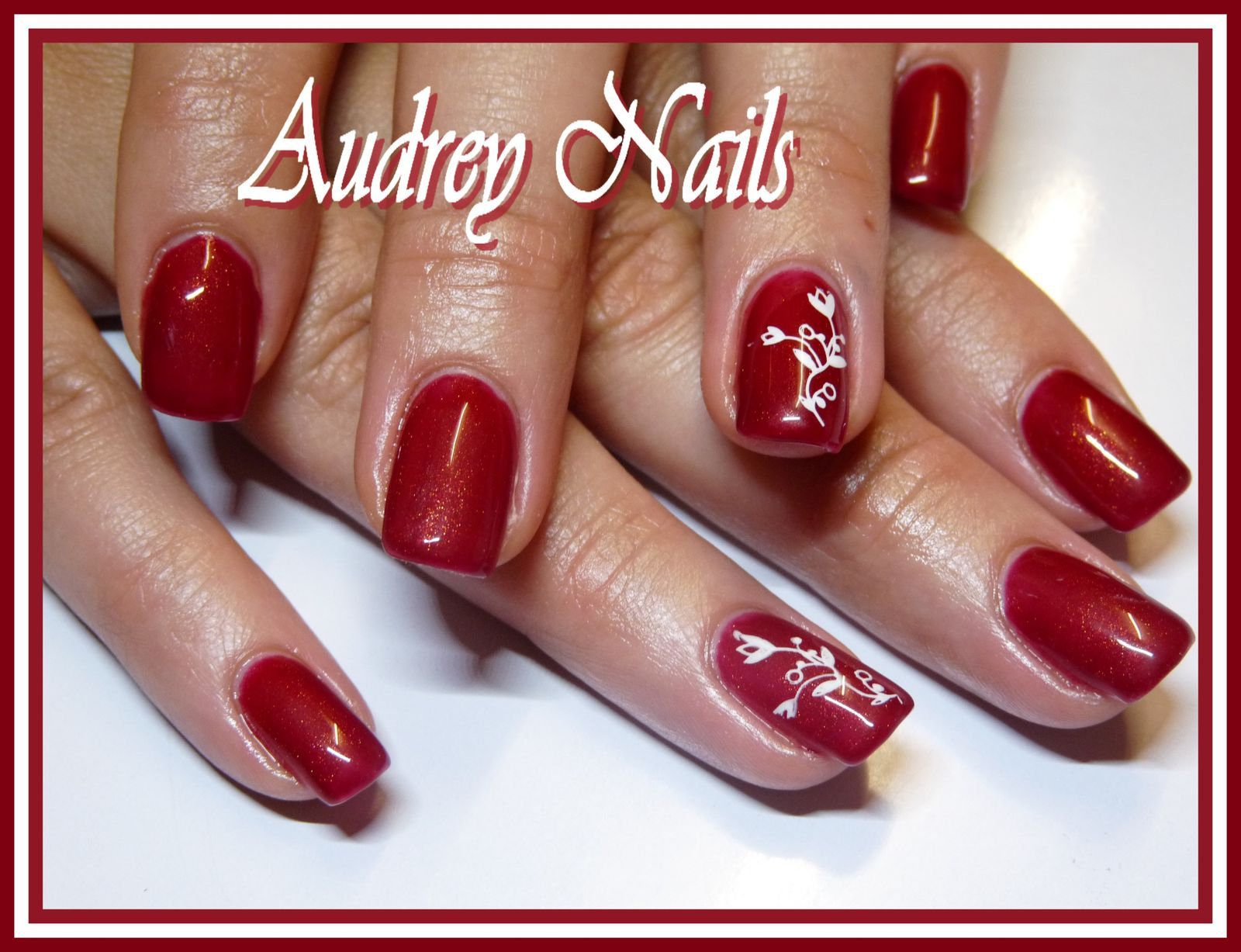 Gel de couleur rouge (golden merlot) + stamping blanc.