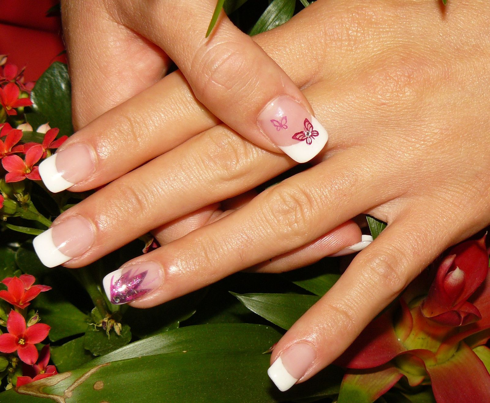 Pose capsules + gel uv + french + déco en gel uv ton rosé + stamping papillon + strass