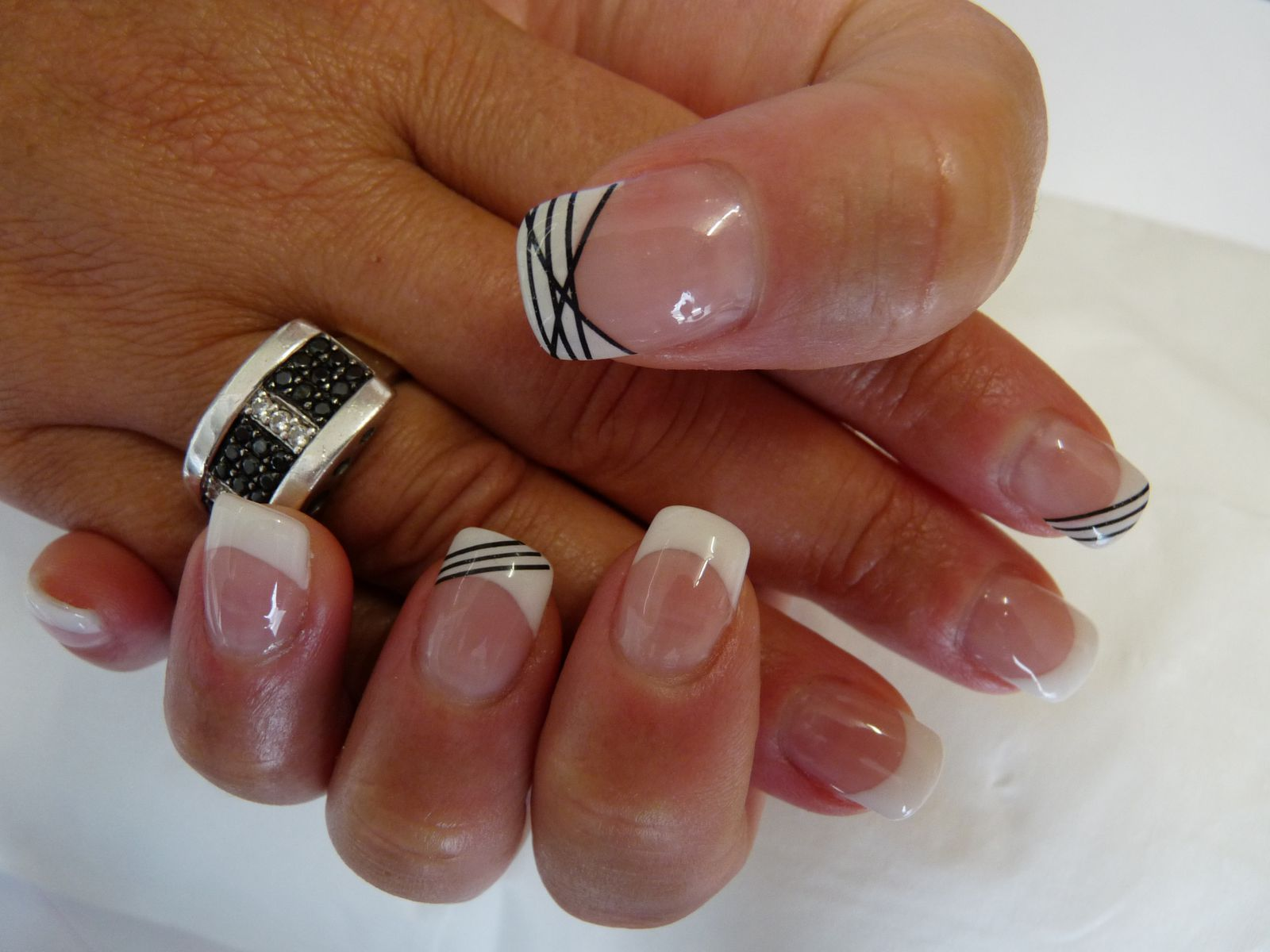 Mains de Katty après pose capsules + gel uv + french + fil noir