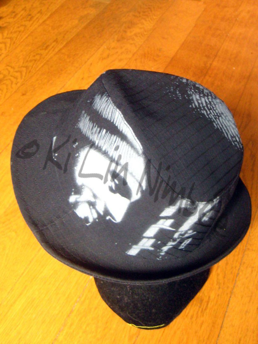 Custom chemise, cravate, chapeau, boîte métal, technique pochoir.