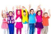 17849115-grand-groupe-d-enfants-heureux-tire-ses-mains-dans.jpg