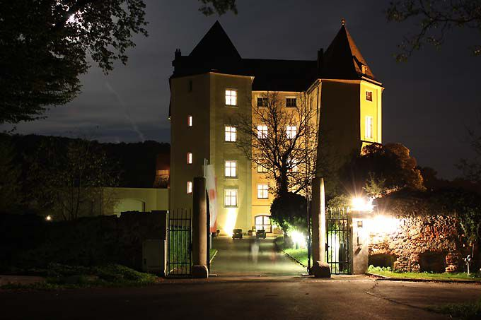 schloss steyregg at night