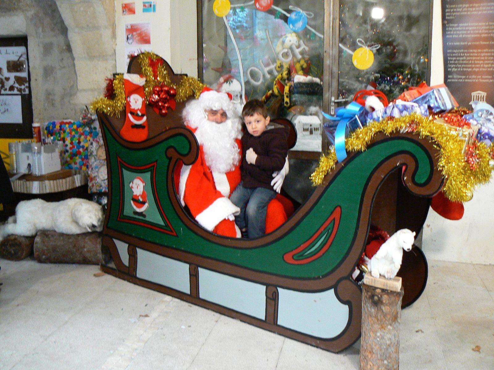 A l'occasion du Marché aux Santons des 26 et 27 novembre 2011, l'A.C.A.T. offrait des photos grand format avec le vrai Père Noël ! Situé devant l'antre de la Tarasque, notre stand exposait les dessins et sculptures des écoliers de Tarascon ayant