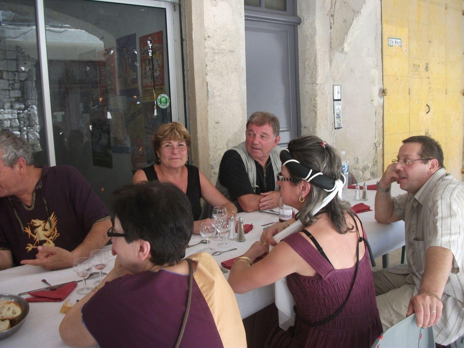 Un banquet des commerçants ; des photos offerte aux enfants ainsi qu'un parchemin d'hônneur de chevalier du Roy René ; des photos des fêtes