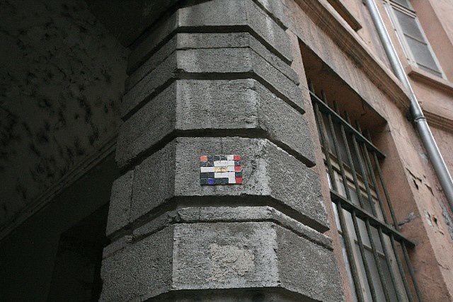38 - Grenoble - Space Invader rouge, blanc et noir