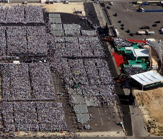cette-vue-aerienne-montre-la-foule-de-350-000-personnes-ven.jpg