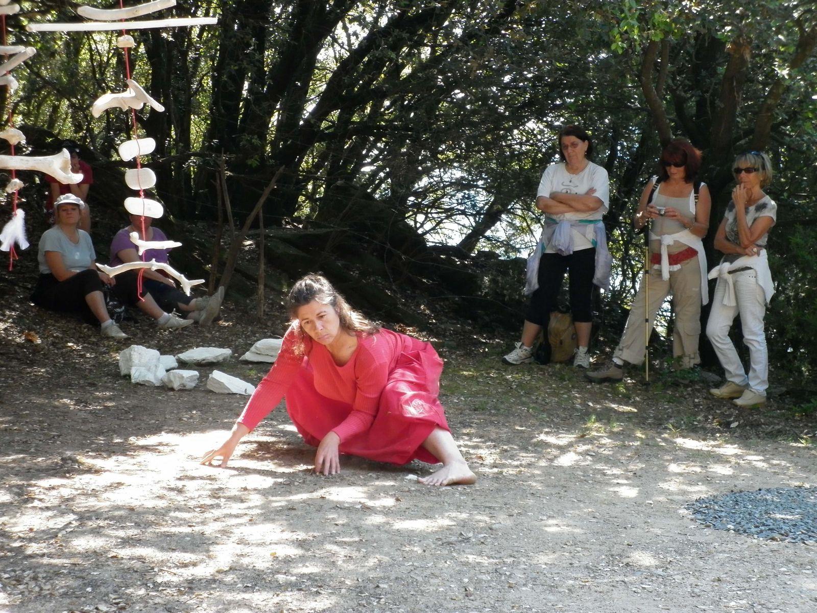 Installation de Ma Thévenin et performance de Anne Cécile Déliaud. Le 22 Mai 2011, à Colombières sur Orb (34)e