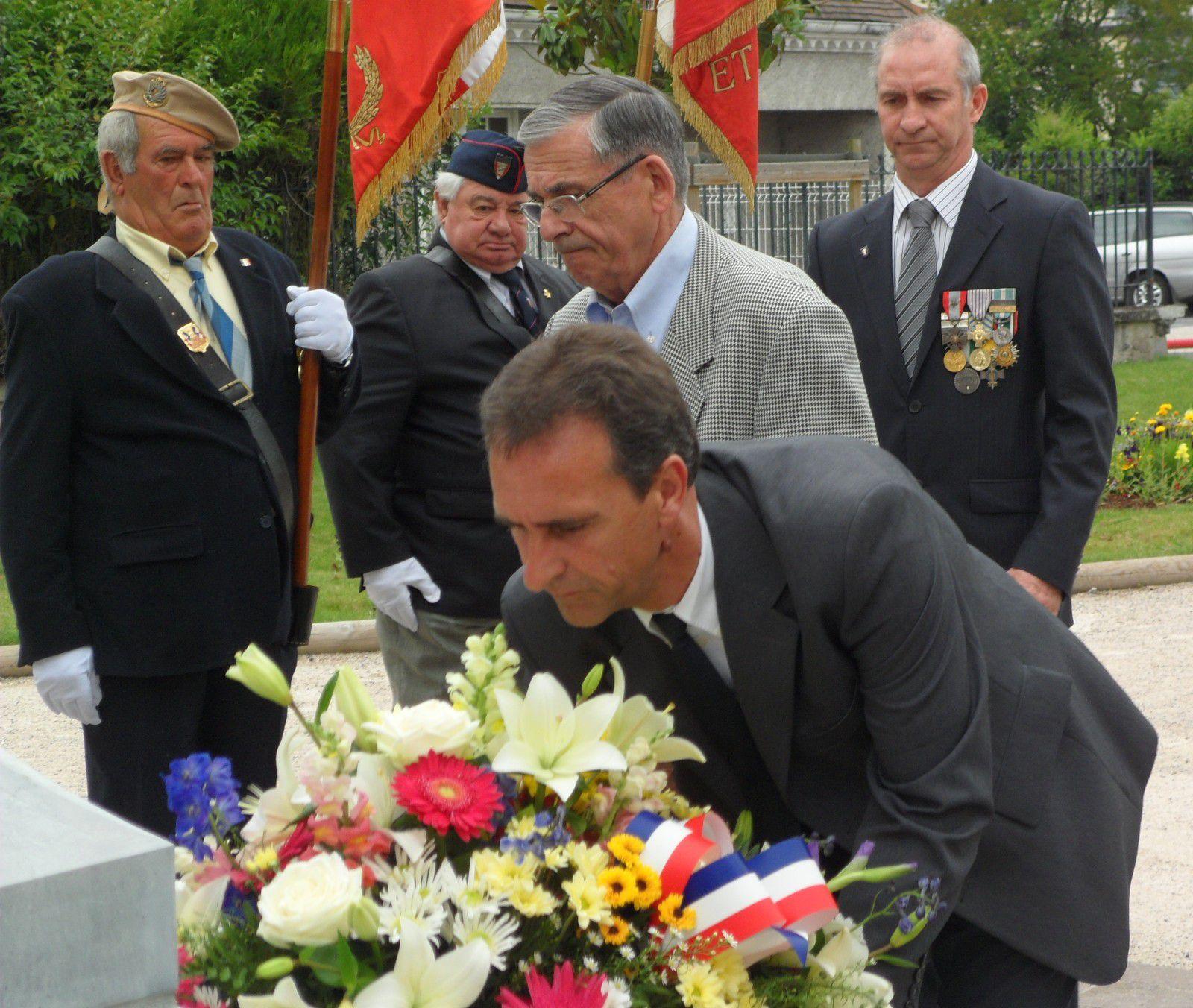 Notre porte drapeau Louis Laporte-Fauret, à droite de la photo