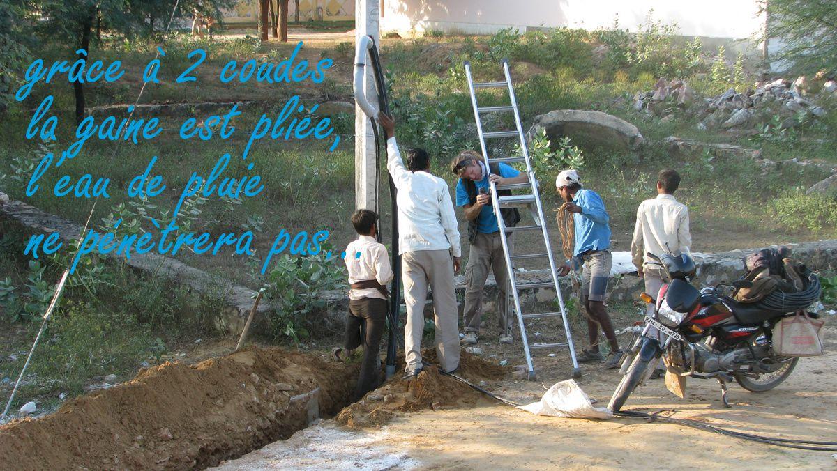 On décide de construire car on ne trouve rien à acheter tout fait qui nous convienne. La grande aventure commence par la découverte du terrain, le creusement du puits...