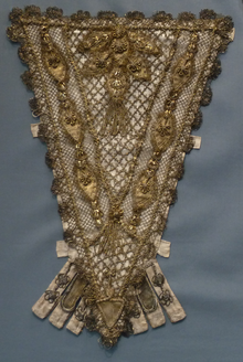 220px-Stomacher with goldwork France
