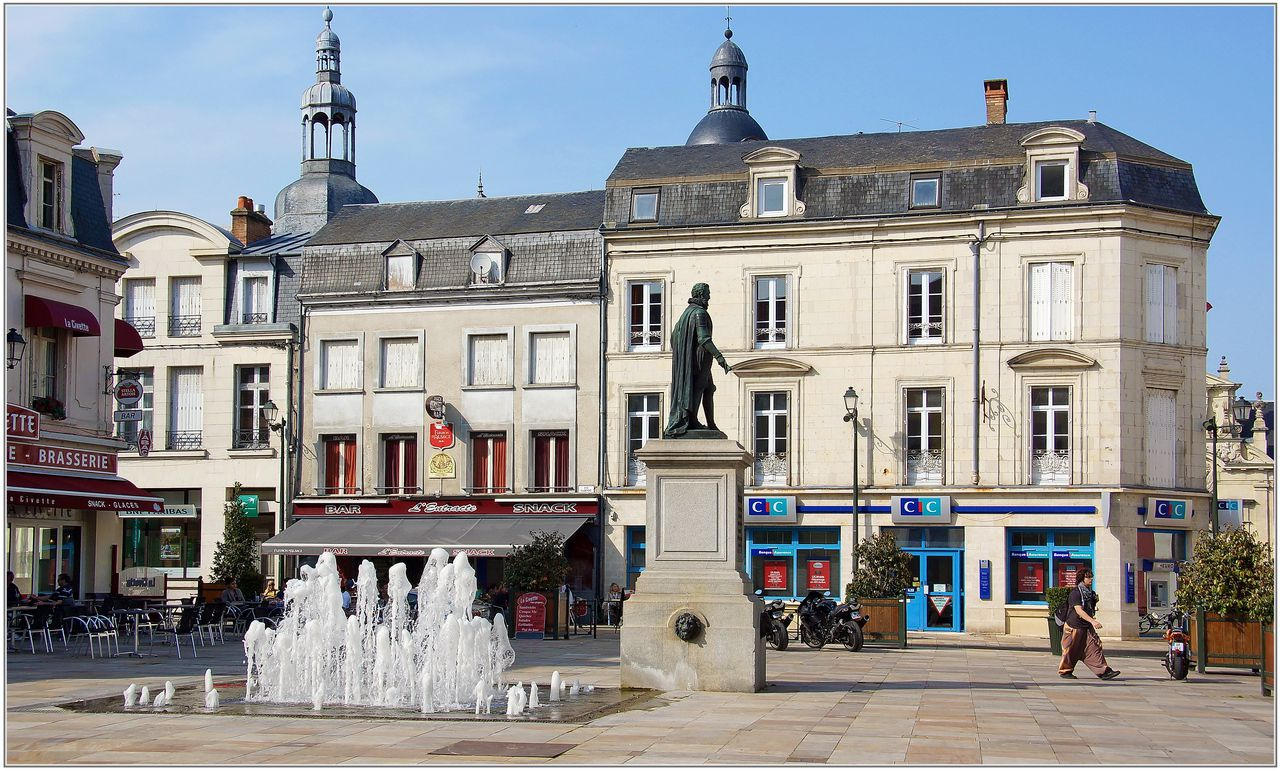 La Fleche France  city photos gallery : Suite de la visite de La Flèche, avec cette très belle place Henri ...