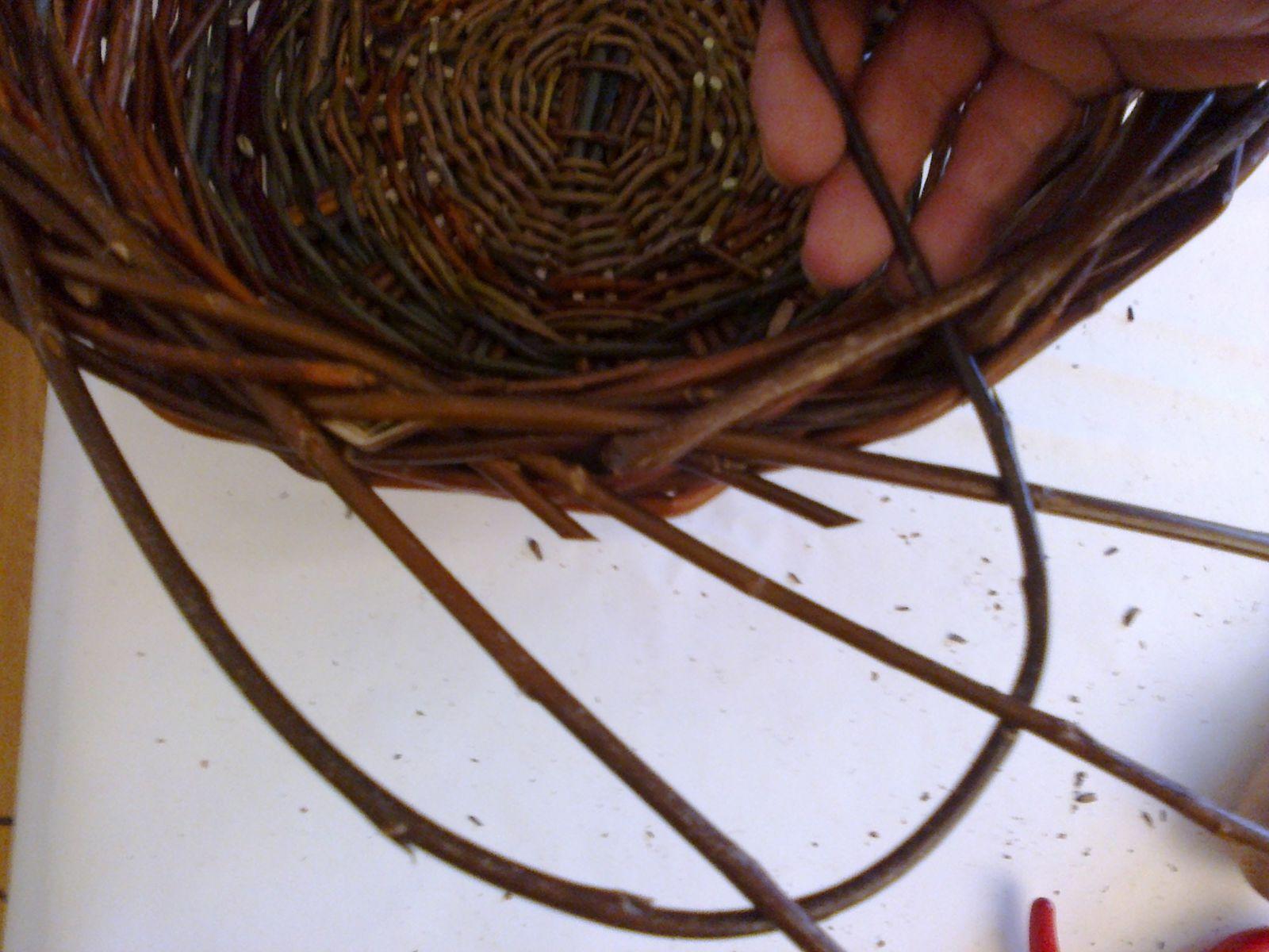 Cueille l'hiver, au moment de l'arrêt de sève, profite pour tailler les saules afin de prévoir la prochaine récolte. Les trier par tailles et par couleurs. Il ne reste plus qu' à tresser.
