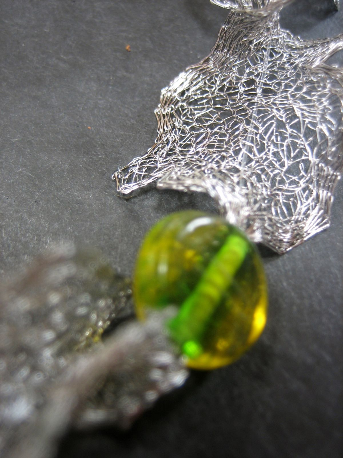 ... Organza...soie...rocaille...émaux...millefiori...verre...murano...vénitien...cristal...bohème...semi précieux...graine...bois...métal...argent...cuivre...végétaux...coquillage...plume  ...  et du fil ...