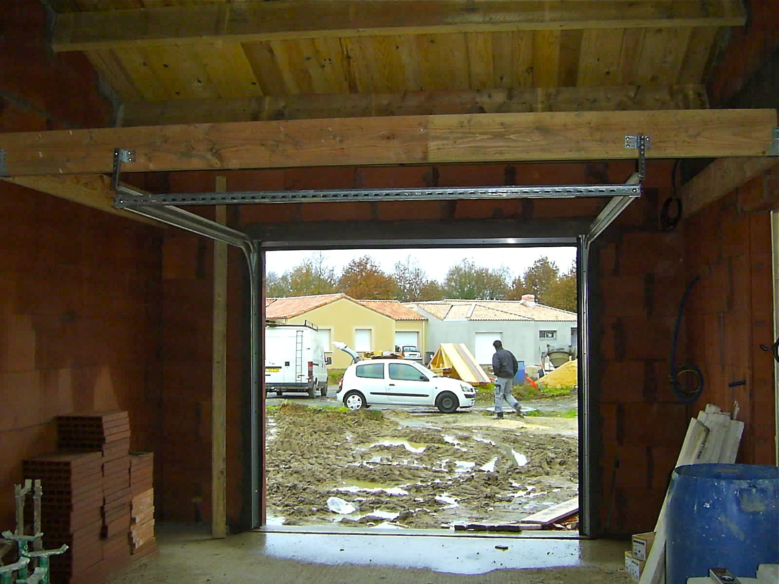 Montage porte sectionnelle - Pose porte de garage sectionnelle ...