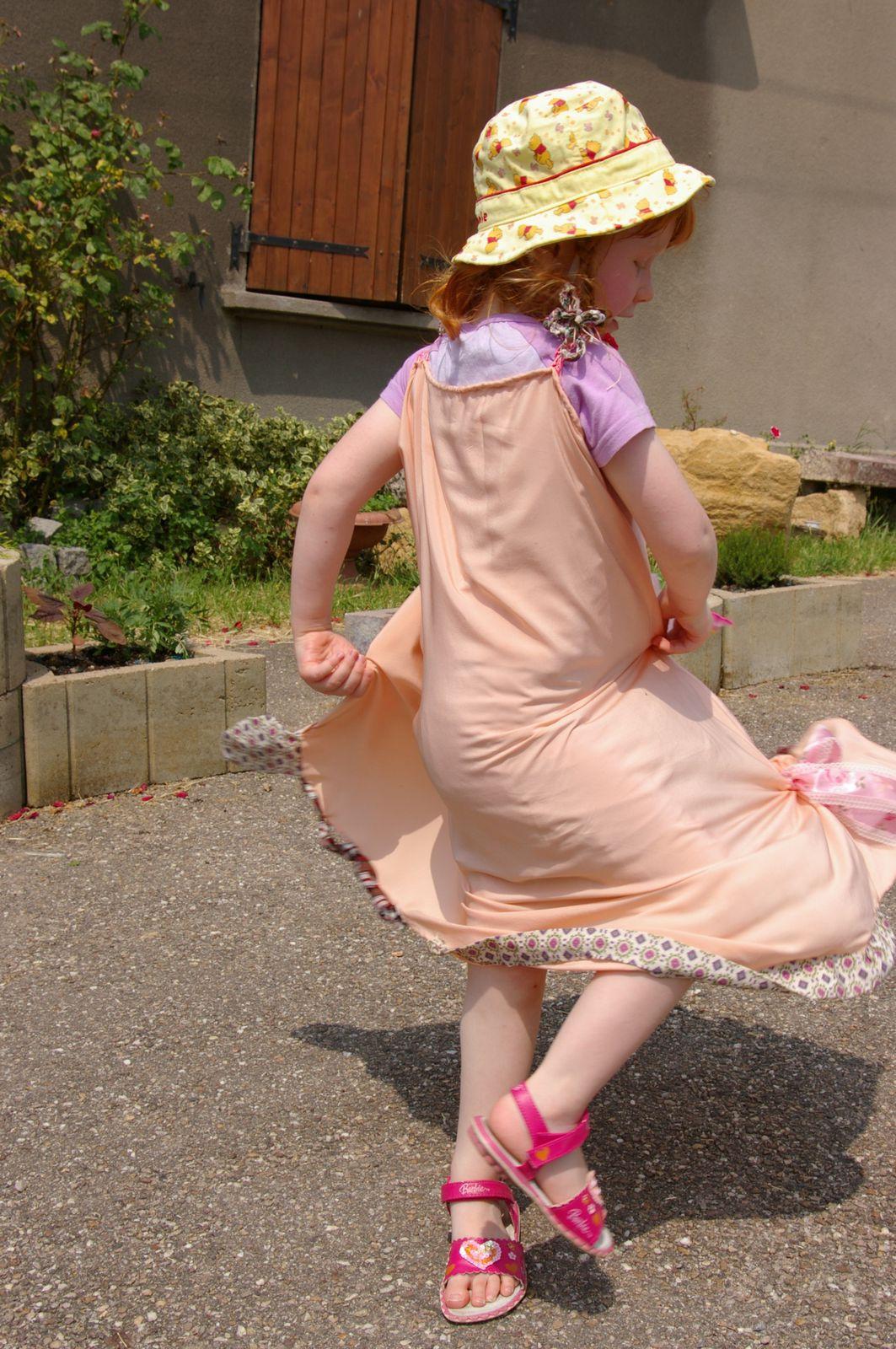 Des coulisses au spectacle de Danse Libre sur la place du village à Béchy. Présentation de la danseuse Eva dans sa robe de princesse.