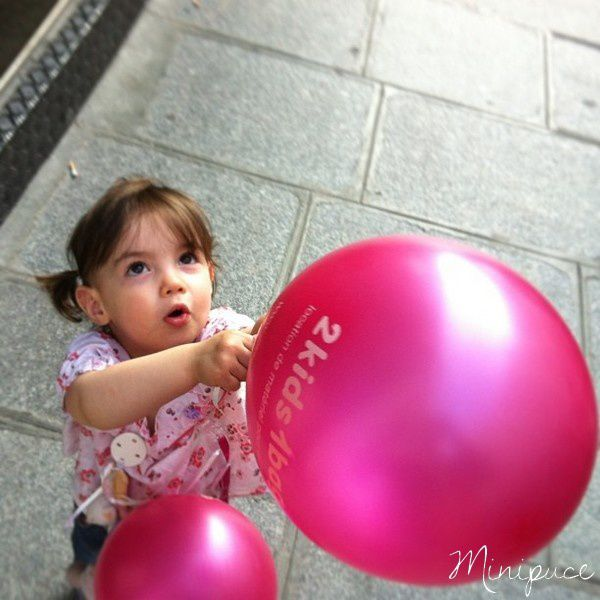 2kids1bag-fille-fillette--enfant-ballon-rose.jpg