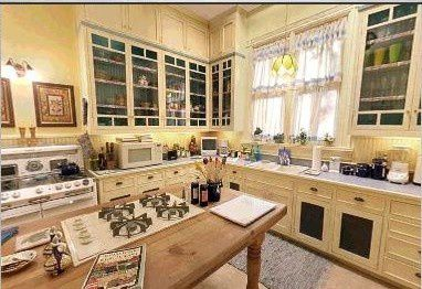 misspiperhalliwell-vip-blog-com-453429Charmed_House_Kitchen.jpg