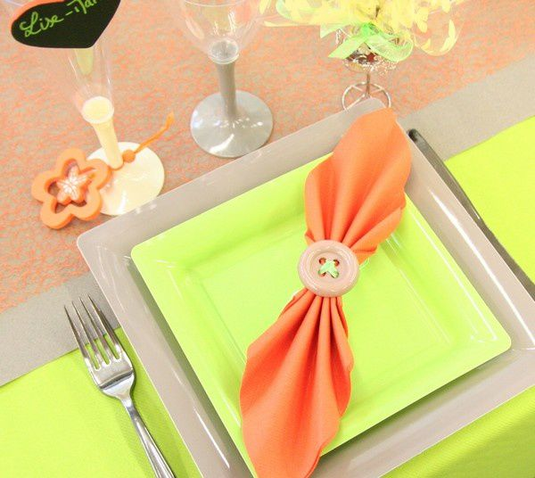 D coration de table communion anis orange et taupe - Decoration de table pour communion garcon ...