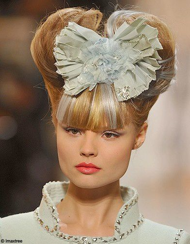 Coiffure-et-maquillage-haute-couture-ete-2010-Chanel-2 refe
