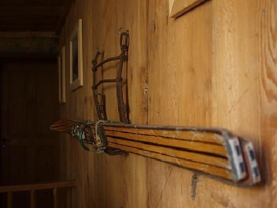 old-ski-on-the-wooden.jpg
