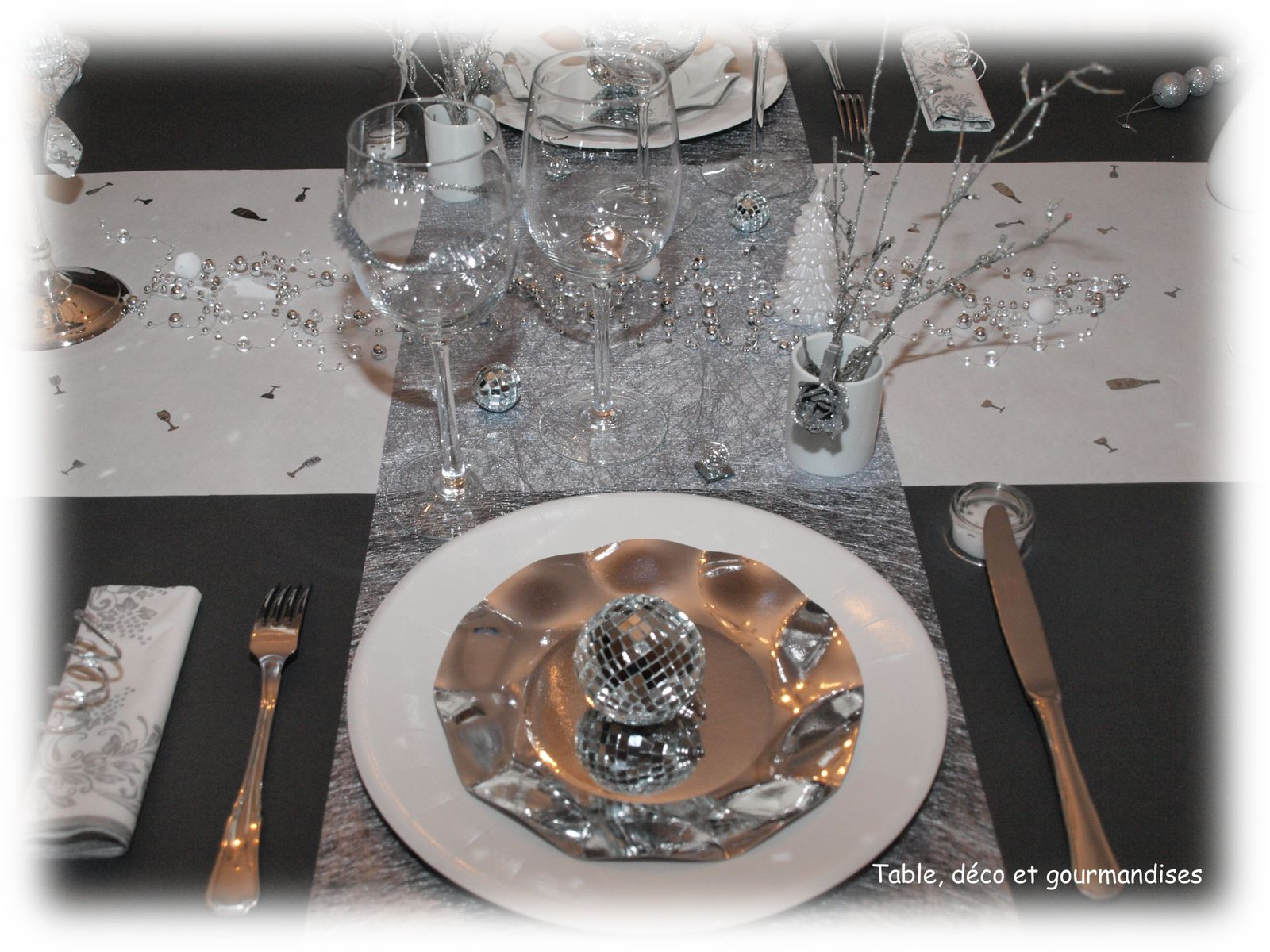 album table chandelles et pampilles pour le reveillon du jour de l an table d co et. Black Bedroom Furniture Sets. Home Design Ideas