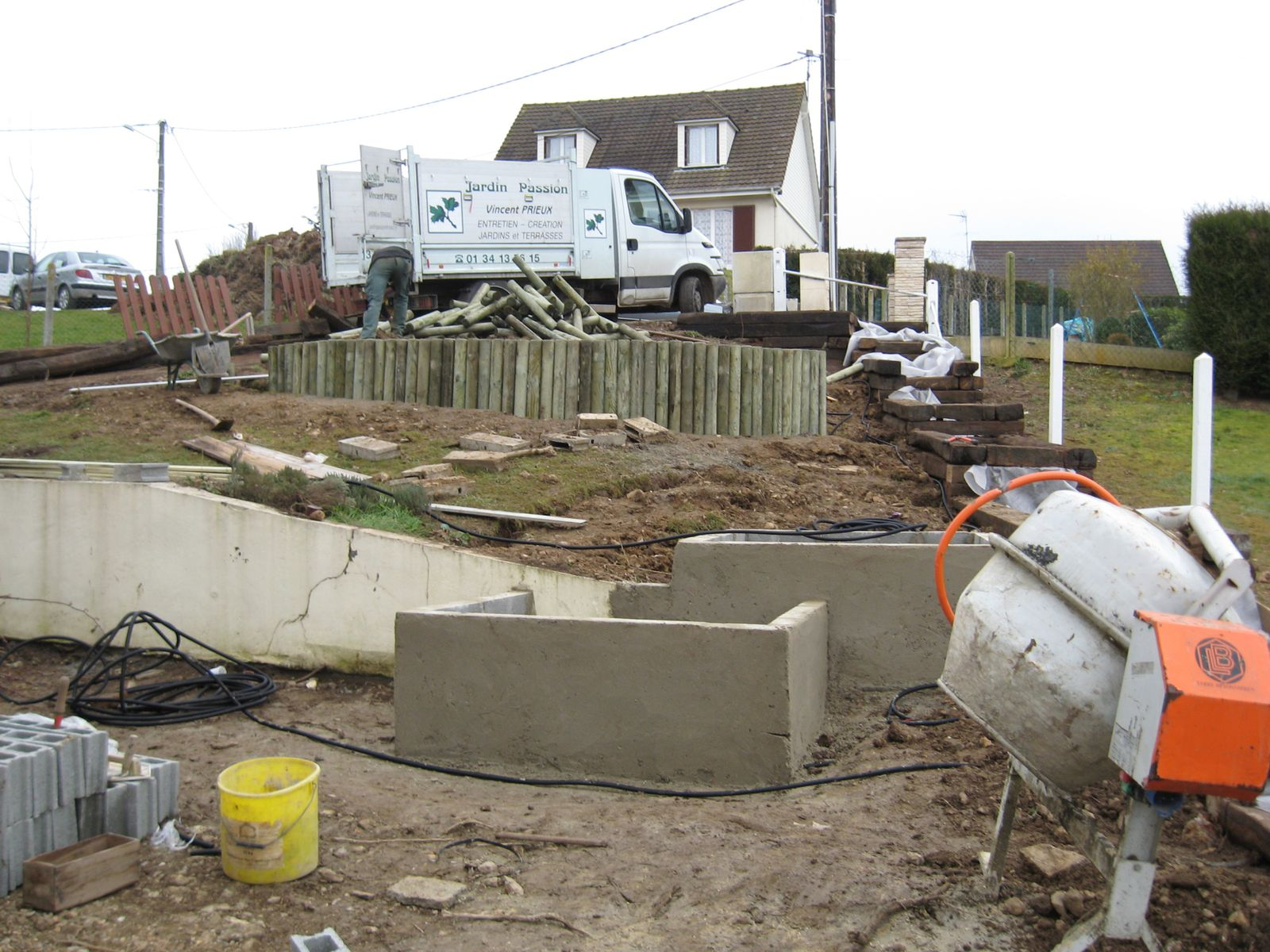 Construction sur terrain en pente maison moderne for Amenagement piscine terrain en pente