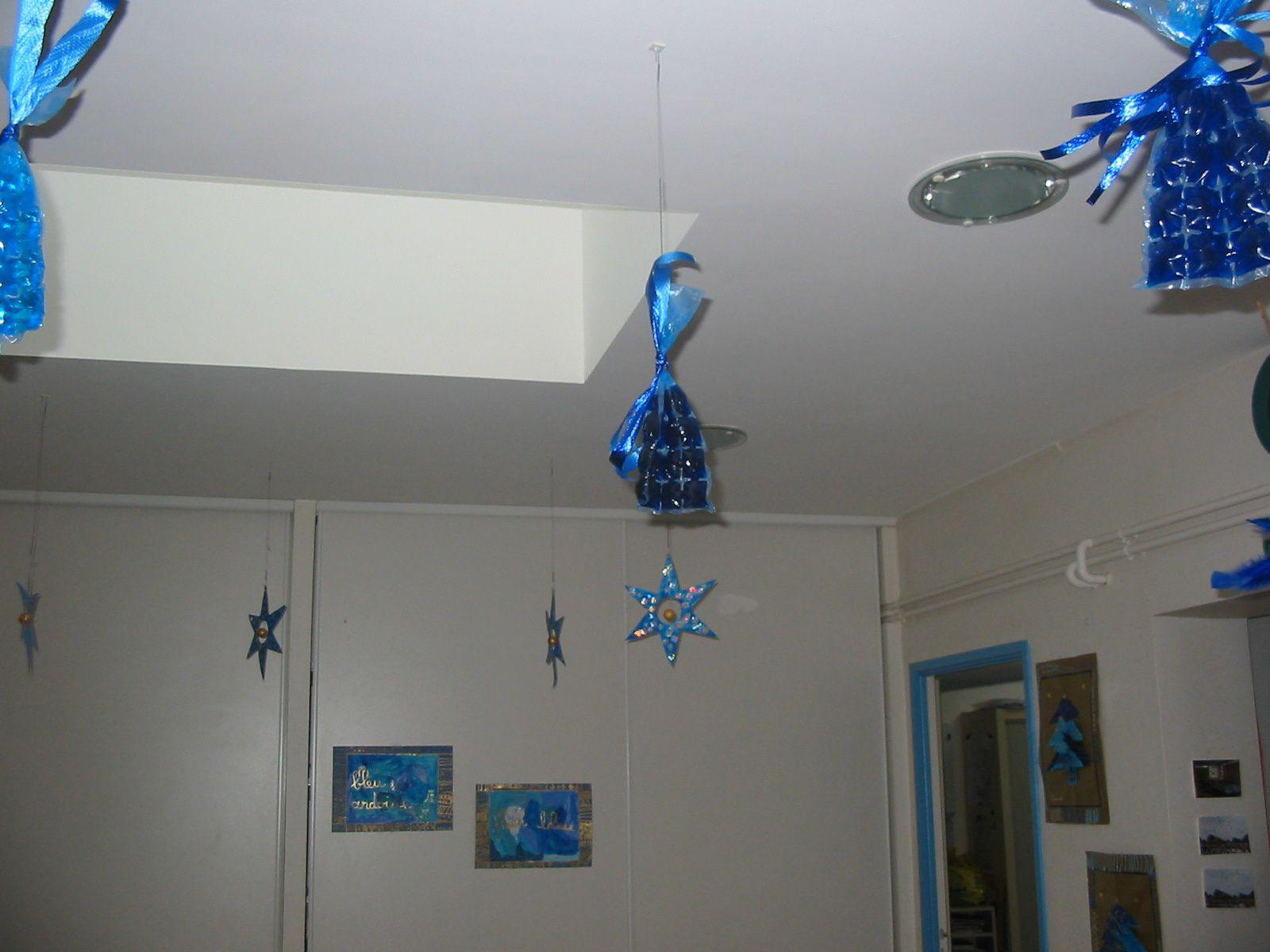 décoration d'une école maternelle pour Noël sur le thème du bleu