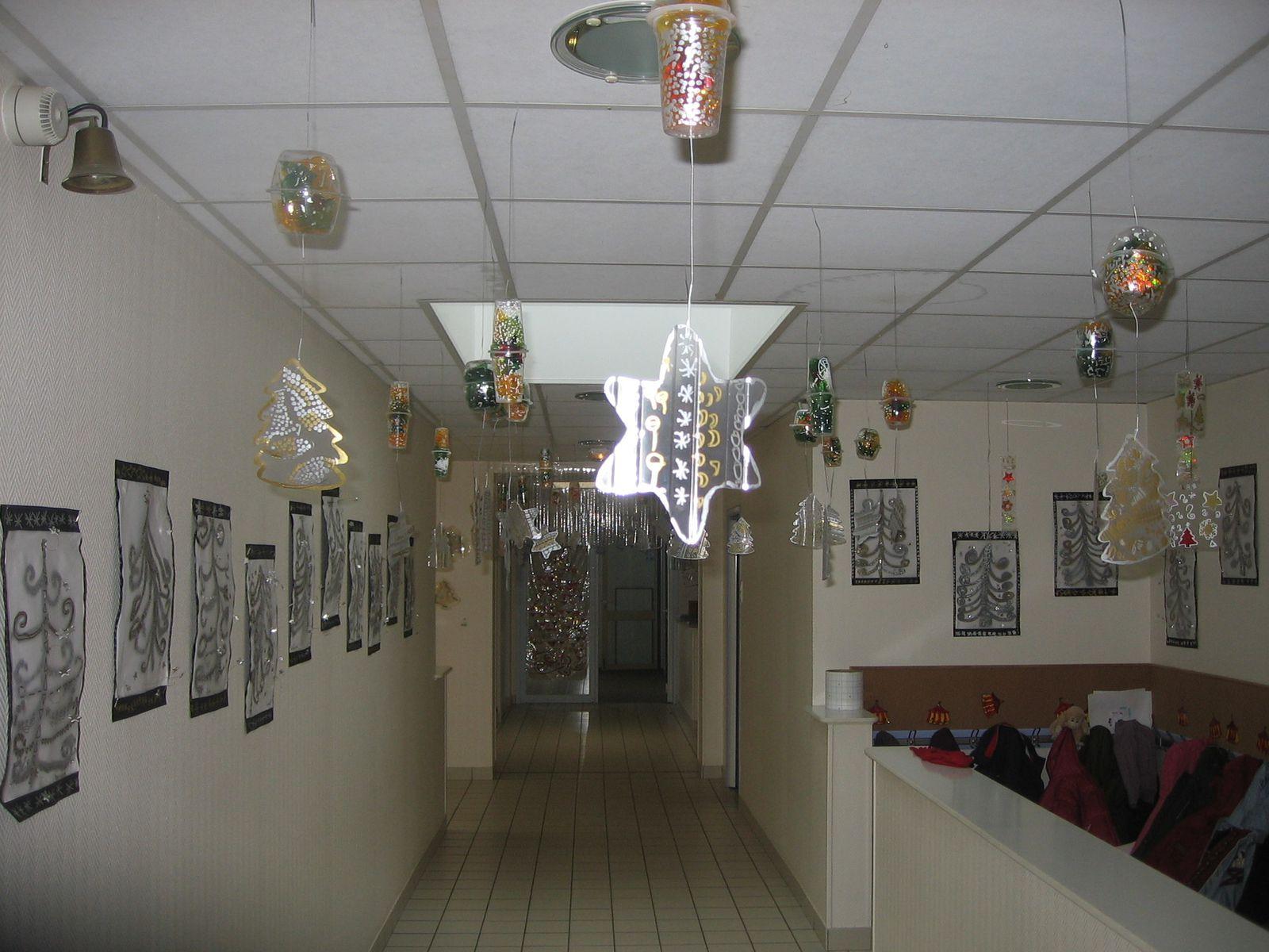 Décoration d'une école maternelle pour Noël sur le thème de la transparence via des ateliers multi-âges.