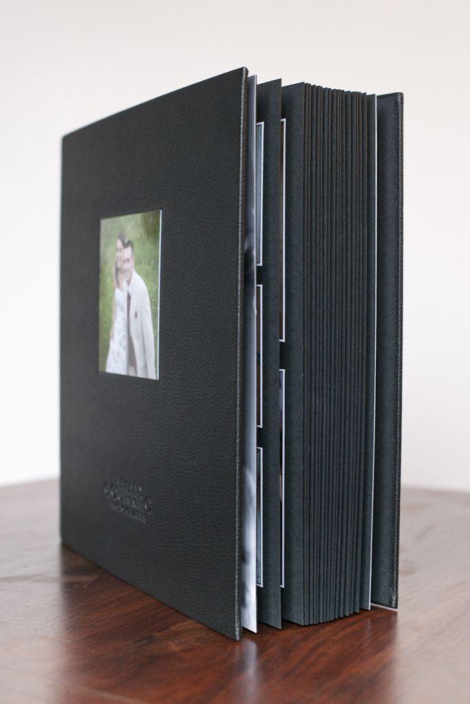 Album et son coffret bois format 34x34 cm 40 pages.