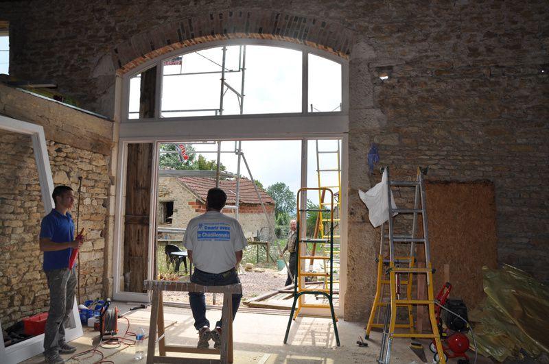 Voici la baie vitrée de la grange, installée le 27 juillet 2011, par 3 menuisiers de l'Atelier de Menuiserie Tell (AMT, Patrick TELL - 21140 Semur en Auxois)Les mesures totales sont de L3530 x H3725 (hauteur flèche) Nous souhaitons un ouvrant ma