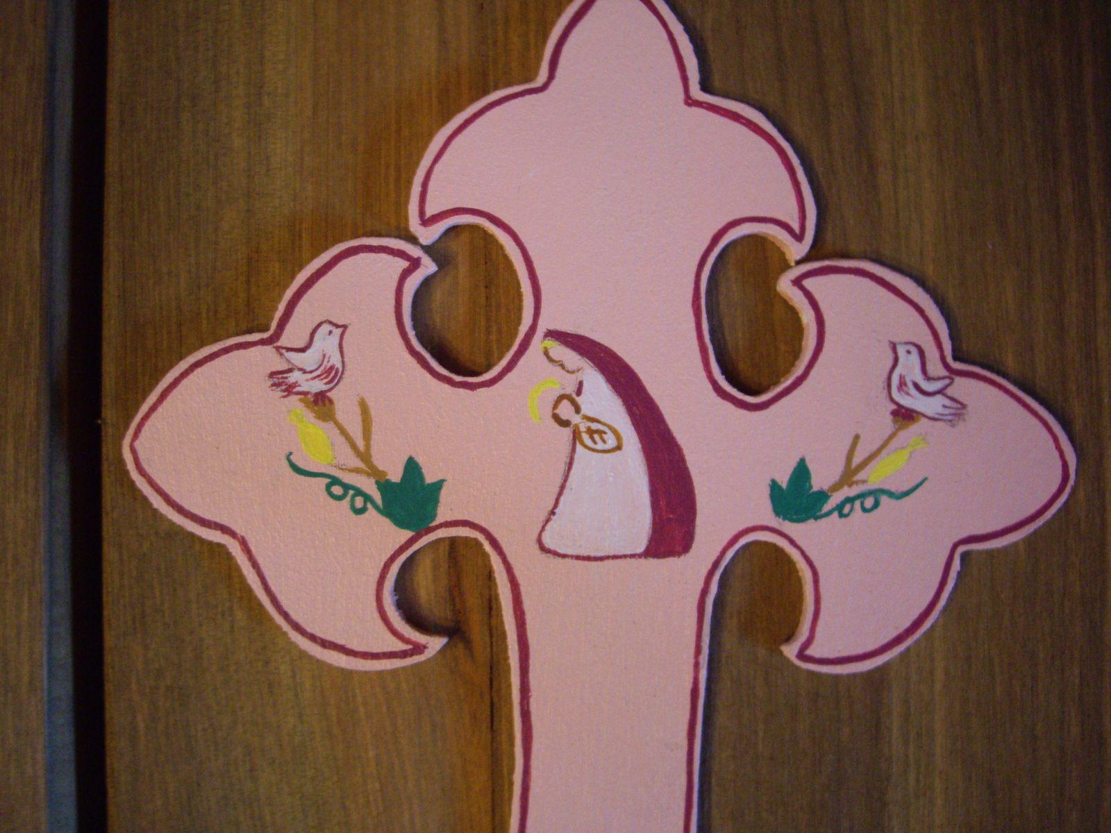 """Vous trouverez dans cet album plusieurs modèles de croix et différentes couleurs.2 tailles sont possibles pour les croix""""fleurdelysées"""":-17cm et 25cm ."""