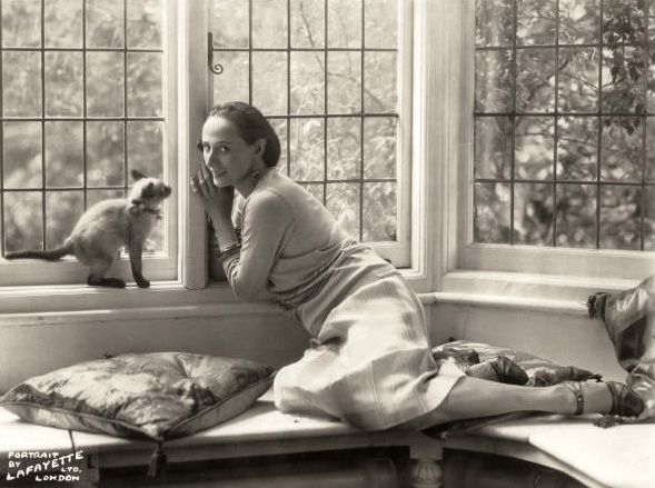 ap-with-her-Siamese-cat--in-her-London-home1920-19-copie-1.jpg