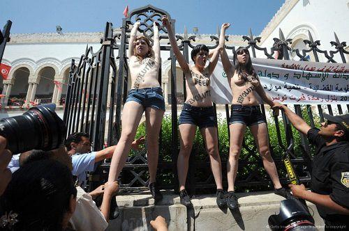 Les-Femen-manifestant-seins-nus-devant-le-Palais-de-justice