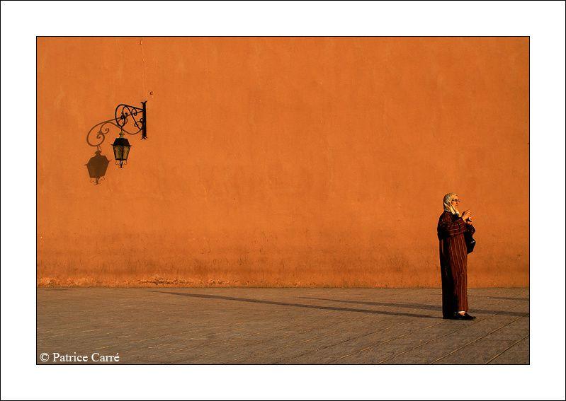 A Marrakech sur la place de la mosquée Koutoubia / In Marrakech on the place of Koutoubia Mosque