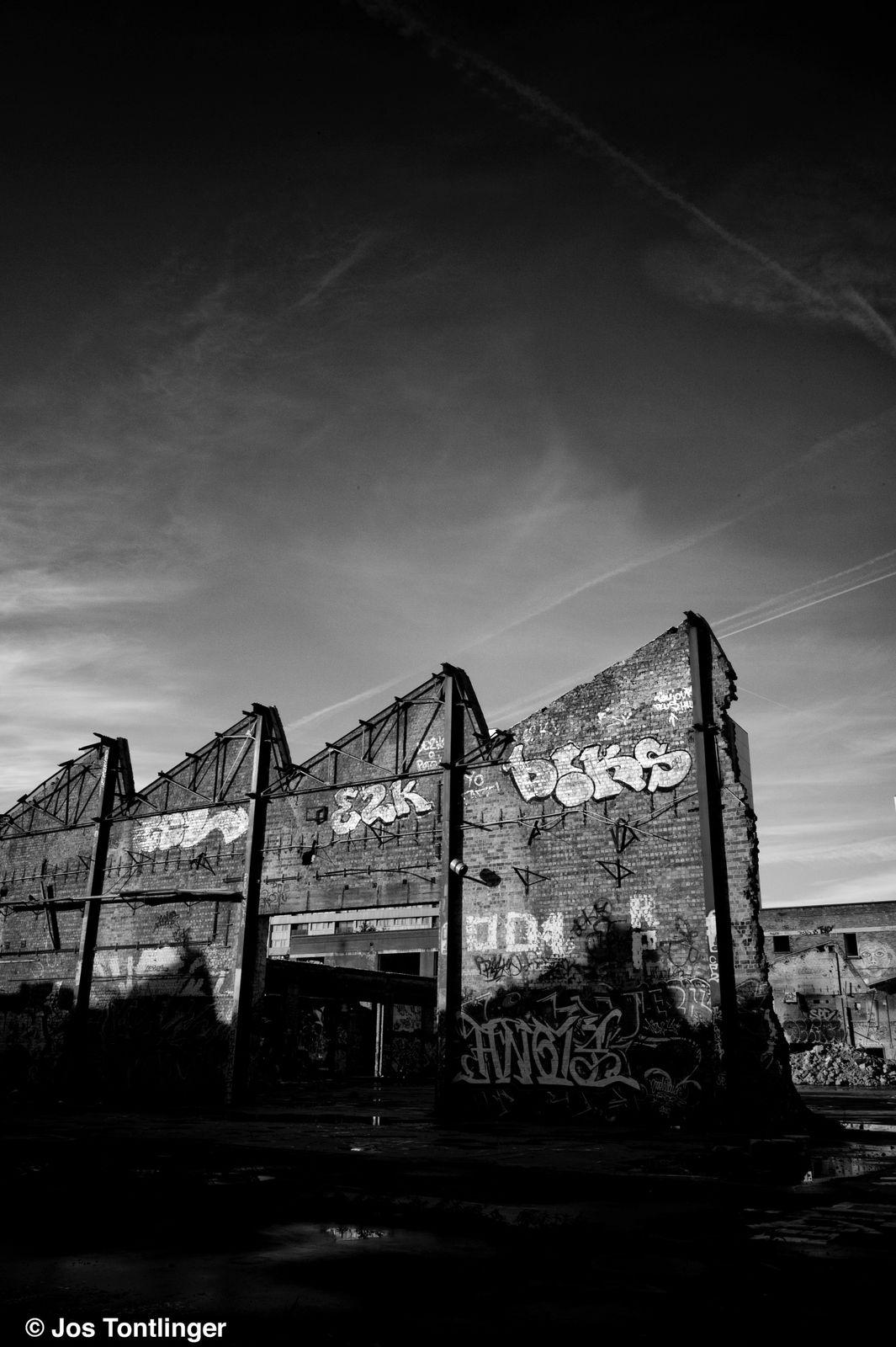 C'était ce mercredi 31 octobre 2012 aux petites heures du matin. En plein milieu de ma ville – Bruxelles – il y a ce territoire de plusieurs hectares où étaient jadis implantés de fiers bâtiments industriels à présent en voie de rasage.
