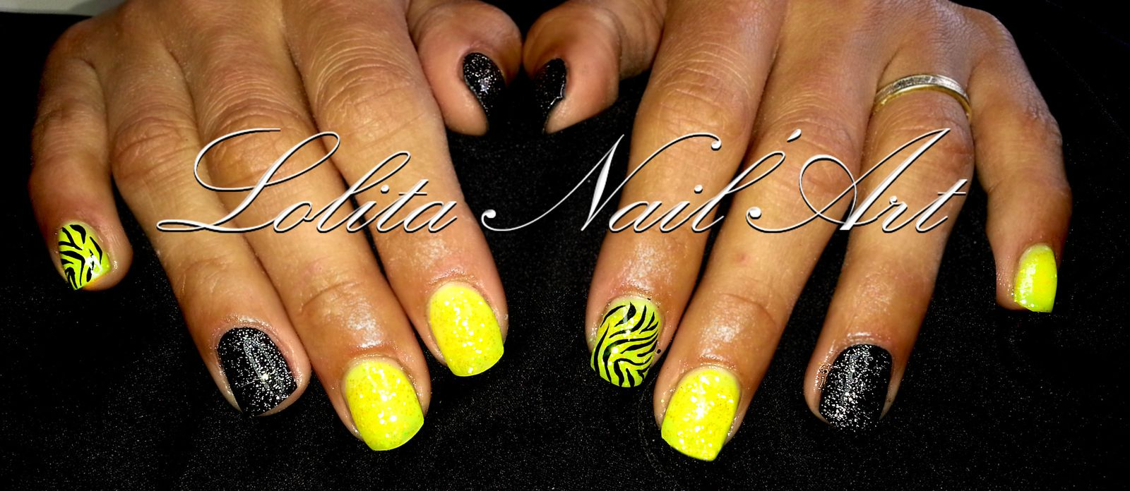 du jaune fluo du noir des paillettes lolita nail 39 art by carine nivoix. Black Bedroom Furniture Sets. Home Design Ideas
