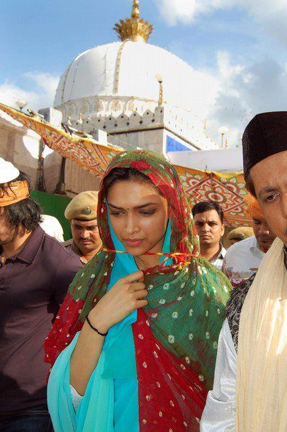 deepika-padukone-at-Ajmer-Sharif-2.jpg