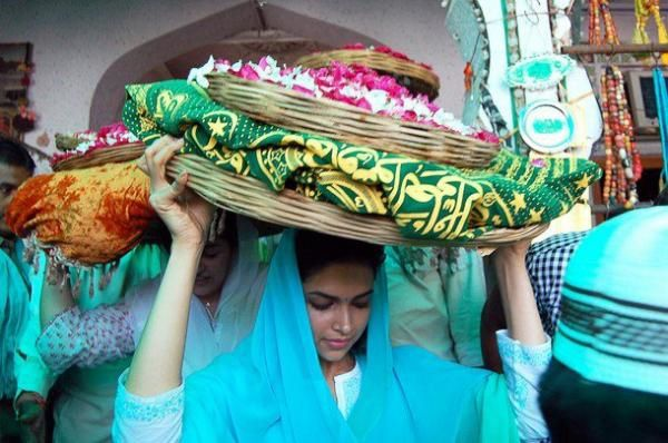 deepika-padukone-at-Ajmer-Sharif.jpg