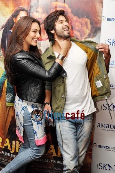 Shahid-Kapoor-and-Sonakshi-Sinha-Leaving-for-R-.--copie-4.jpg