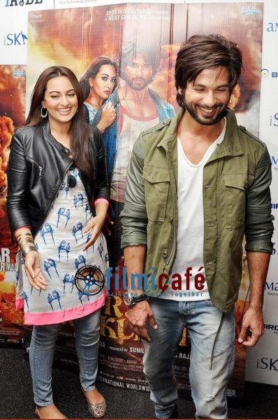 Shahid-Kapoor-and-Sonakshi-Sinha-Leaving-for-R-.--copie-5.jpg
