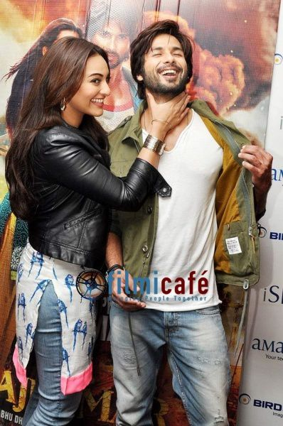Shahid-Kapoor-and-Sonakshi-Sinha-Promote-Rambo-Rajkumar-at-.jpg