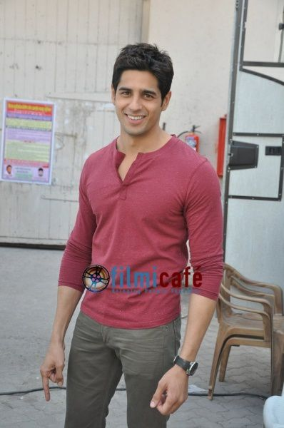 Sidharth---Parineeti-promote--Hasee-Toh-Phasee--4.jpg
