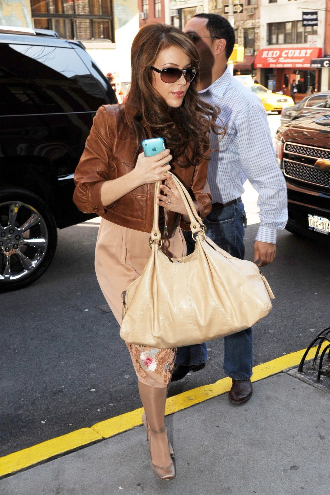 Alyssa_Milano_returns_to_her_Manhattan_hotel_03.31.09_236_1.jpg