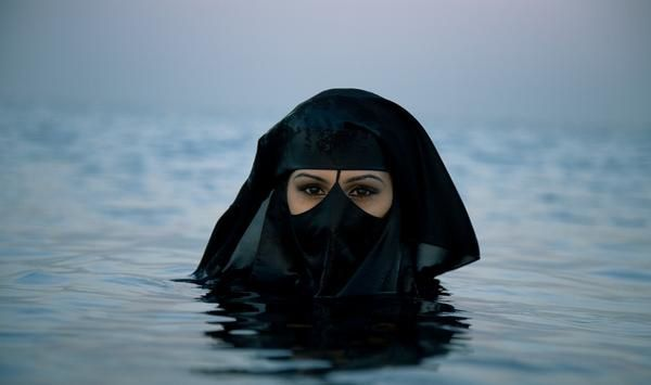 saudi_woman_in_the_sea.jpg