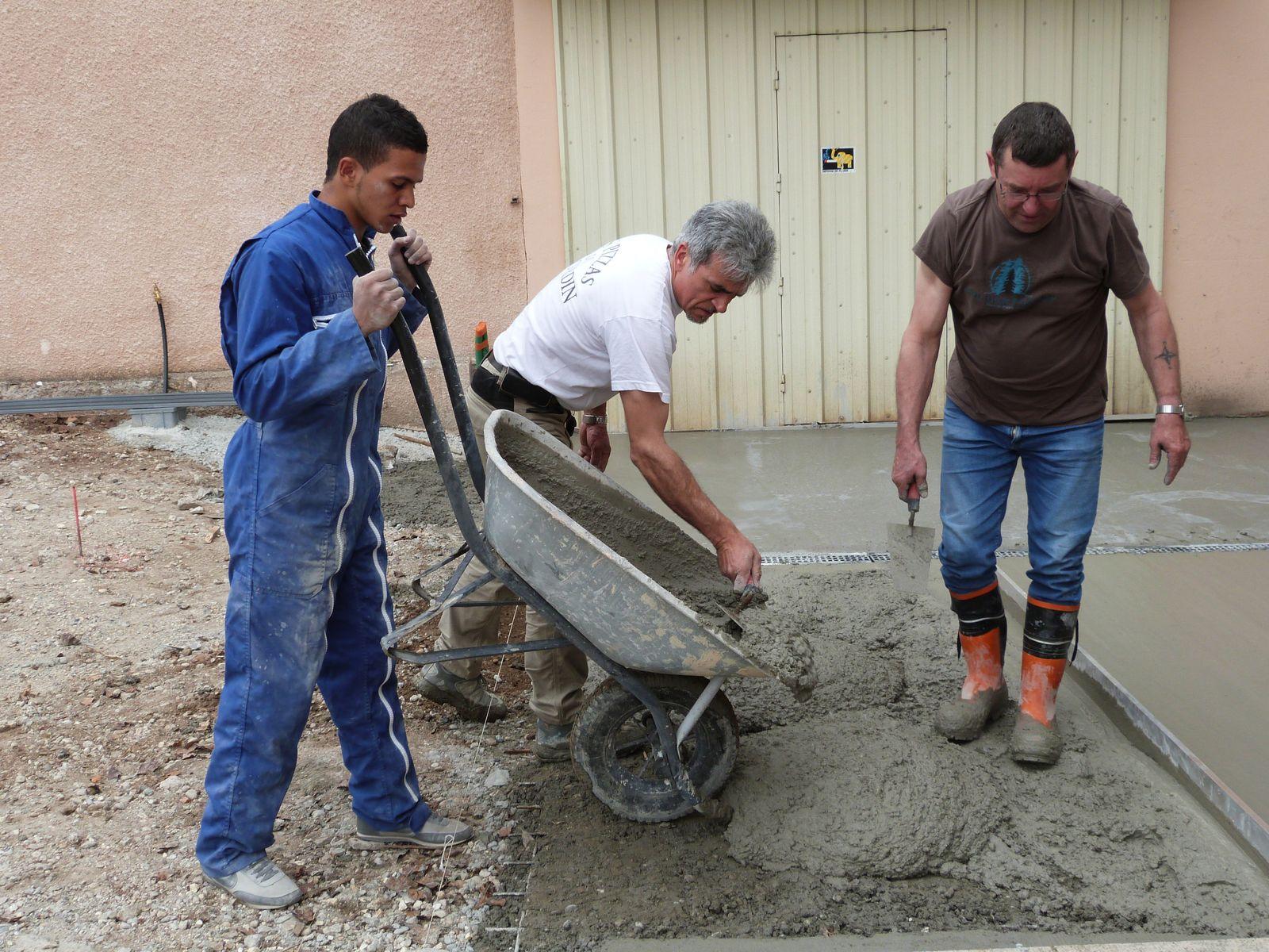 Réalisation d'une dalle en béton et d'une évacuation devant les ateliers de la SAVA, mai 2013