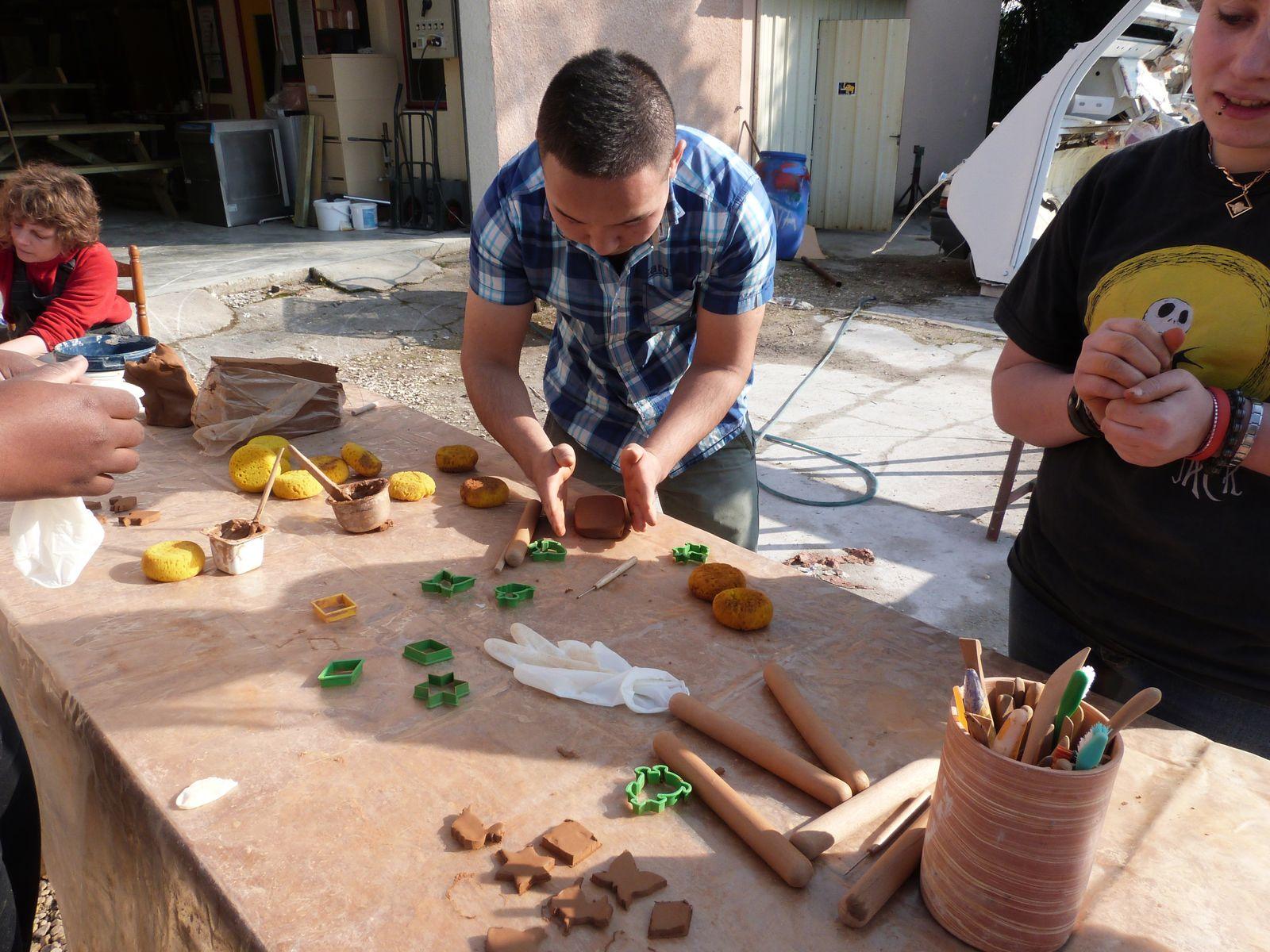 Février 2013 : Après-midi d'initiation poterie pour Angélique, Adnan, Hassan, Erzorig, Mariglen, freddy, Thomas et Kamal en compagnie de Vanessa Bachellon, potière