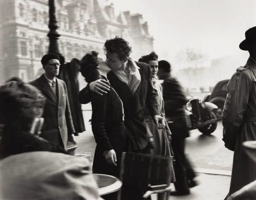 robert_doisneau_le_baiser_de_lhotel_de_ville_kiss_at_the_ho.jpg