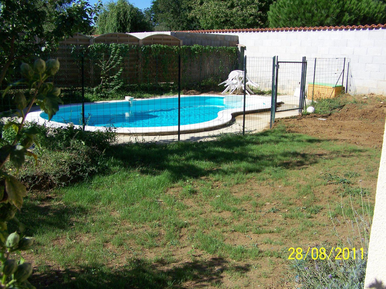 plantation du gazon montage piscine waterair. Black Bedroom Furniture Sets. Home Design Ideas