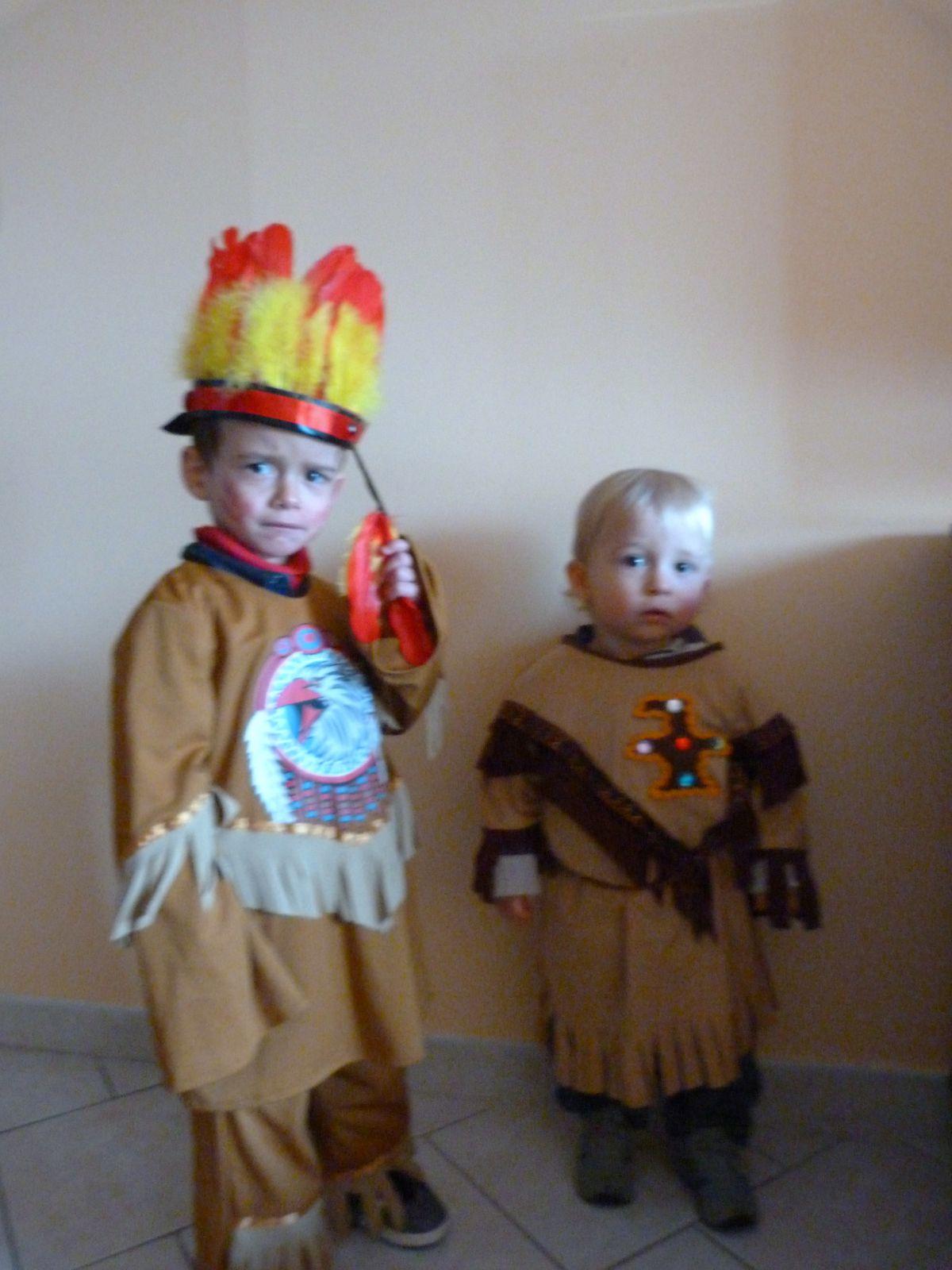 Lundi 4 mars 2013, le soleil est au rendez-vous pour fêter le carnaval avec tous les copains de l'association les poussins. Qu'ils sont beaux mes petits loups !!! S'en suit une dégustation de crêpes au sucre.